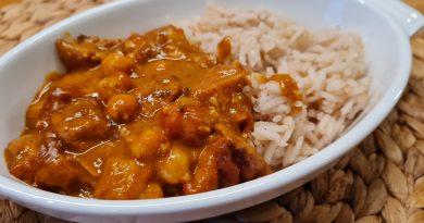 Csicseriborsós, mogyorós sertés curry